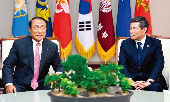 10월 23일 김진호 대한민국재향군인회 회장(왼쪽)은 정경두 국방부 장관을 만나 9·19 군사합의를 긍정적으로 평가한다고 밝혔다. [사진 제공 · 재향군인회]
