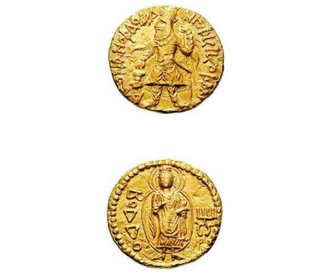 카니슈카 왕 시대의 금화. 한쪽 면엔 카니슈카 왕(위), 다른 면엔 석가모니 부처가 부조돼 있다. [사진 제공 · 강우방]
