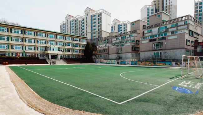 학생 수 감소로 폐교 조치가 내려진 한 학교의 텅 빈 운동장. [뉴스1]