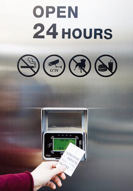 랩원오원 매장은 결제 가능한 자신의 카드를 출입증처럼 카드 리더기에 인식해야 들어갈 수 있는 구조다.