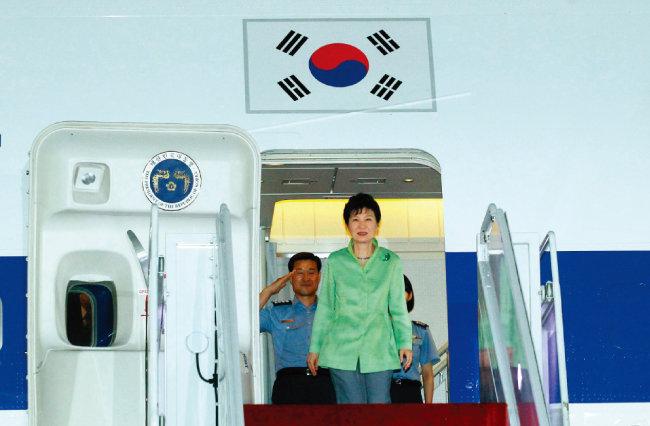 """2015년 9월 중국 전승절 행사에 참석한 뒤 돌아오는 기내에서 박근혜 전 대통령은 """"중국과 한반도 평화통일 방안을 만들 것""""이라고 말했다. [청와대사진기자단]"""