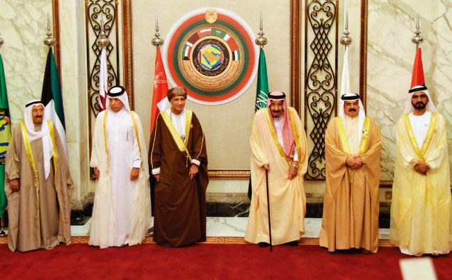 12월 9일 사우디아라비아 수도 리야드에서 열린 제39차 걸프협력회의(GCC) 정상회의 참석자들. 왼쪽부터 사바 알 아흐마드 알 사바 쿠웨이트 국왕, 술탄 빈 사드 알 무라이키 카타르 외교부 부장관, 파드 빈 마흐무드 알 사이드 오만 부총리, 살만 사우디 국왕, 하마드 빈 이사 알 할리파 바레인 국왕, 무하마드 빈 라시드 알 막툼 아랍에미리트(UAE) 총리. 카타르는 타밈 빈 하마드 알 사니 국왕은 물론 무하마드 알 사니 부총리 겸 외교장관보다도 한 단계 아래 인물이 참석했다. [신화 | 뉴시스]