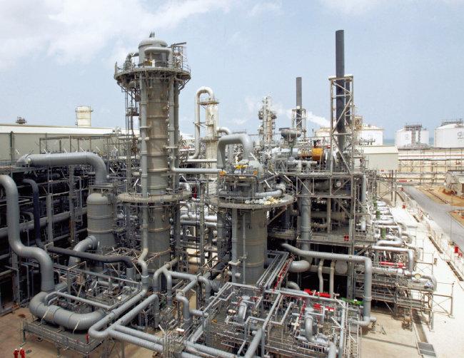 카타르 라스라판에 있는 천연가스 정제시설. 세계 1위 액화천연가스 생산국인 카타르는  전 세계 천연가스의 26%를 공급하고 있다. [AP=뉴시스]