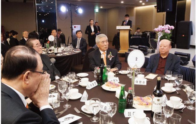 '수양' 출간기념회에 최시중 전 방송통신위원회 위원장, 이종찬 전 국가정보원장 등 300여 명이 참석했다. [지호영 기자]