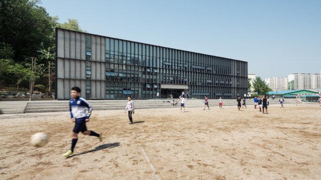 동화고 대운동장에서 뛰노는 학생들의 눈에 비치는 송학관 풍경. 알루미늄 루버가 햇빛 반사로 인한 눈부심을 막아준다. [사진 제공 · 노경]