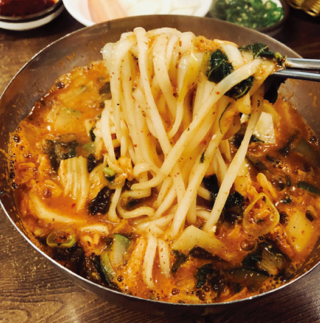 걸쭉한 맛으로 즐기는 어칼국수.