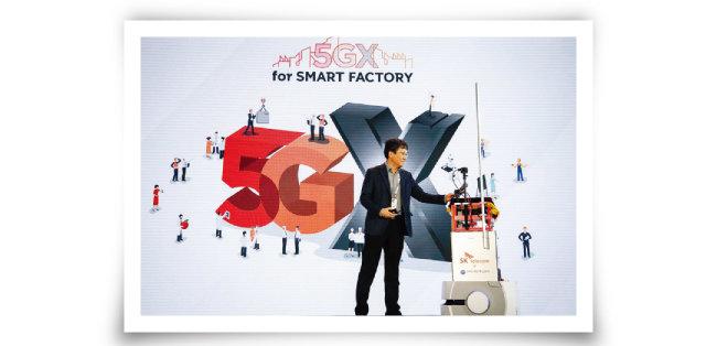 KT는 서울 서초구 삼성생명 사옥 내 무인 로봇카페 '비트'에 5G 네트워크를 적용했다고 지난해 1월 25일 밝혔다. '비트'에서는 바리스타 로봇이 주문을 받고 커피를 제조한다. [뉴시스]