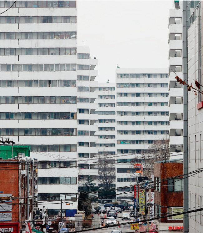 지은 지 40년이 돼가는 서울 강남구 한 아파트 단지의 외벽 페인트가 벗겨져 있다. '주택고령화' 현상은 주택시장의 메가트렌드로 자리 잡았다. [뉴시스]