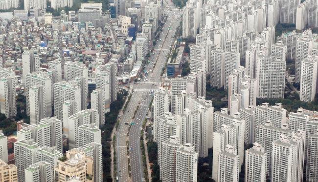 올해 서울 집값은 안정세를 보일 것이란 전망이 우세한 가운데 지역에 따라 등락이 있을 것으로 예상된다. 사진은 최근 공급물량이 증가한 서울 송파구 일대 아파트 단지. [뉴스1]