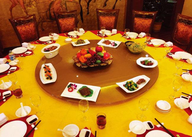 중국의 넓은 식탁은 긴 젓가락을 만들어냈다. [사진 제공·김민경]