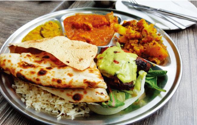 식기 대신 손으로 먹는 것이 더 익숙한 인도 음식.