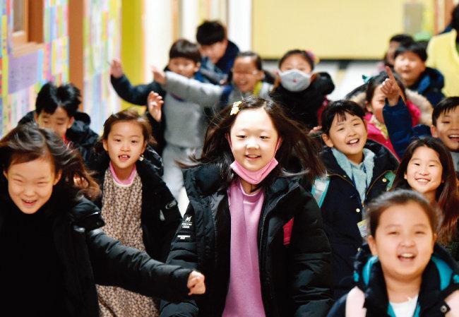 지난해 12월 대구 동구 숙천초에서 겨울방학식을 마친 학생들이 즐거운 표정으로 달려나오고 있다. [뉴시스]