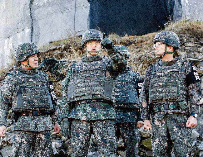 지난해 11월 12일 강원 철원지역 비무장지대 내 감시초소(GP)가 철거되는 모습을 둘러보는 김용우 육군참모총장(가운데). 우리 군은 적보다 내부에 더 신경 쓰는 것은 아닌지 우려된다. [사진 제공 · 육군]