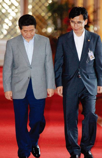 2006년 청와대에서 함께 회의장으로 입장하고 있는 당시 노무현 대통령과 유시민 보건복지부 장관. [청와대사진기자단]