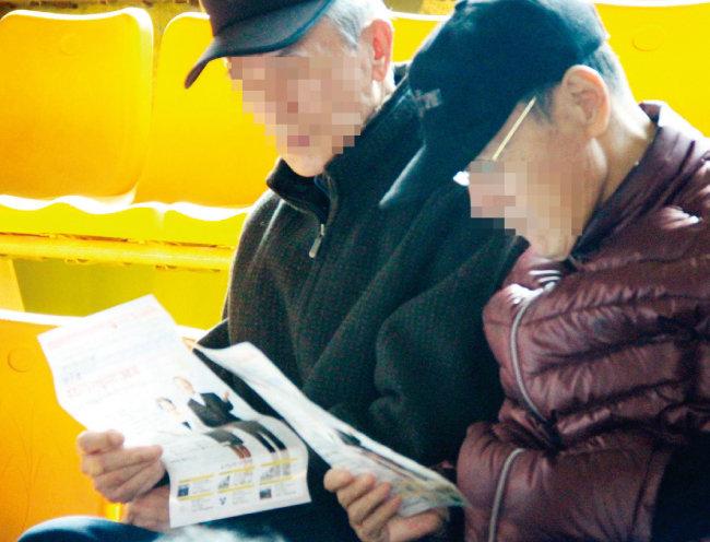 노인일자리 채용 박람회에서 자신에게 맞는 일자리를 찾아보고 있는 노인들. 문재인 정부는 노인일자리를 2022년까지 80만 개로 확대할 계획이다. [뉴시스]