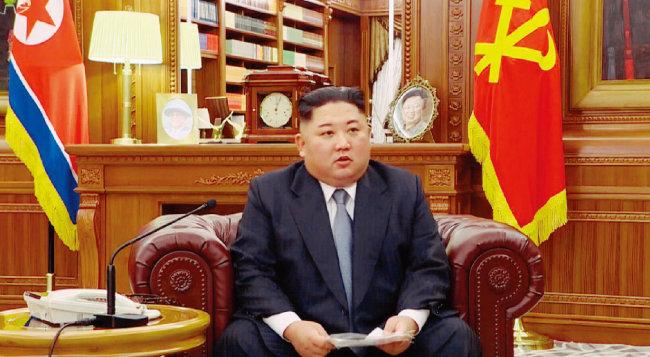 """1월 1일 북한 조선중앙TV가 방영한 북한 김정은 국무위원장의 신년사 장면. 김철웅 교수는 이 신년사를 보고 """"(김 위원장이) 트럼프 미국 대통령을 따라 한다는 생각이 들었다""""고 평가했다. [조선중앙TV 화면 캡쳐]"""