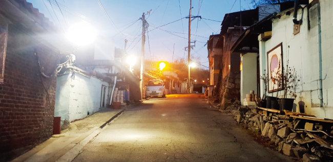 서울 노원구 백사마을에서 가장 넓은 길. 차 한 대가 겨우 지나다닐 수 있다. [박세준 기자]