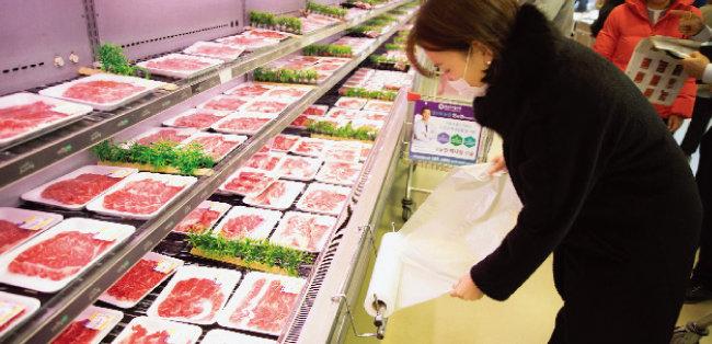 1월 1일부터 대형마트의 비닐봉투 사용이 전면 금지된 가운데 마트 내 롤비닐 사용은 정육, 생선 등 수분이 있는 제품에 한해 예외적으로 허용되고 있다. [지호영 기자]