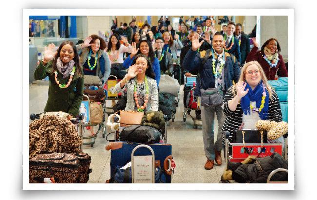 하나님의 교회 제73차 해외성도방문단이 인천국제공항을 통해 입국하면서 카메라를 보며 밝게 손인사하고 있다. 이들은 일주일간 국내에 체류하면서 한국의 이모저모를 체험했다.
