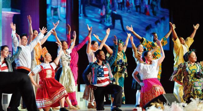 미국팀 30여 명이 개막 공연으로 '열방이 하나님께로' 퍼포먼스를 펼치고 있다.