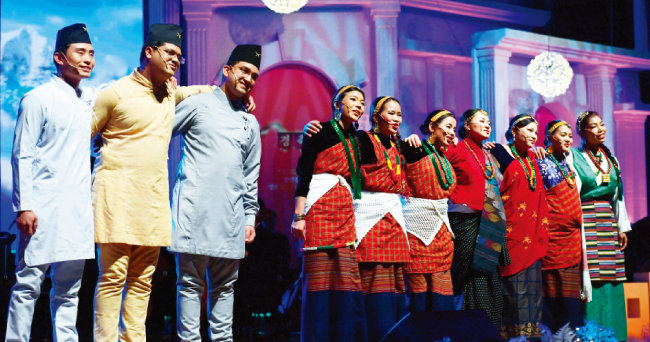 네팔 히말라야 고산마을 세르퉁에서 온 3명을 포함해 10명이 자국 전통민요를 개사한 '마따마야'를 부르고 있다. 마따마야는 네팔어로 '어머니의 사랑'이라는 뜻이다.