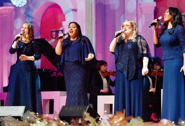 미국에서 온 여성 4중창단은 풍부하고 아름다운 화음으로 관객들로부터 찬사를 받았다.