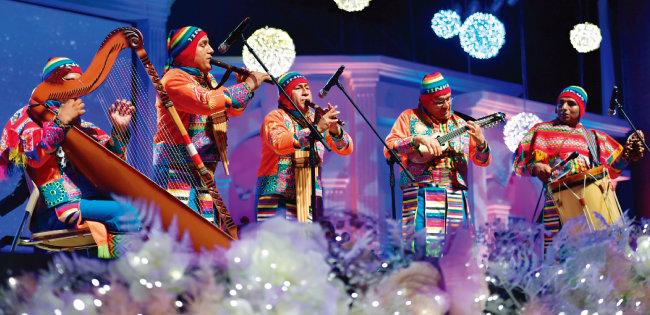 페루팀 5인조가 유명한 '엘 콘도르 파사'를 연주하고 있다.