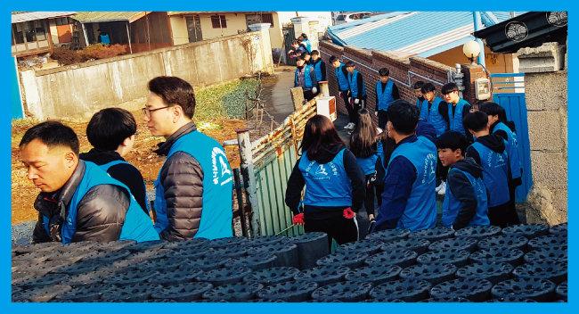 하나님의 교회 중고교생 30여 명이 전북 김제시 신풍동에서 연탄 600장을 배달하는 자원봉사를 했다. 참가 학생들은 봉사활동을 통해 어려운 이웃을 돌아보는 사랑을 실천하게 돼 기쁘다고 소감을 전했다.