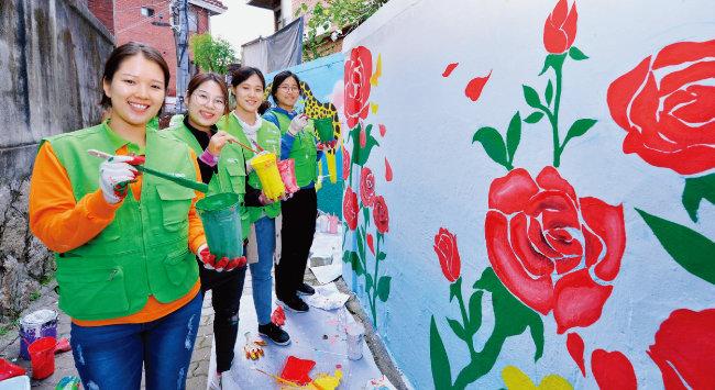 하나님의 교회 직장인청년봉사단 아세즈 와오(ASEZ WAO)가 지역 환경을 개선하기 위한 활동으로 벽화 그리기를 진행하고 있다. 완성된 벽화와 함께한 청년들의 미소가 아름답다.
