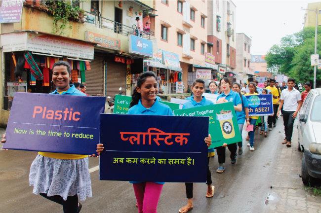 지난해 하나님의 교회 대학생봉사단 아세즈 (ASEZ) 회원들이 인도 푸네 핌프리 마하트 마풀대에서 '비닐·플라스틱류 사용 금지 캠페인'을 개최했다. 회원들이 주민들의 의식 증진 함양을 위해 거리행진을 하고 있다.