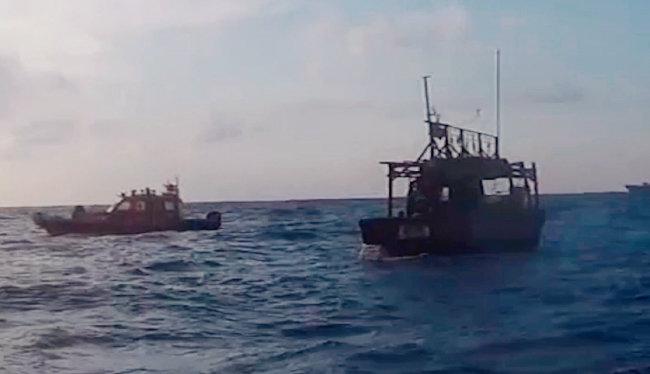 대화퇴 어장에서 광개토대왕함과 해경 삼봉함이 구조하고 있는 북한 선박(오른쪽). [국방부 영상 캡처]