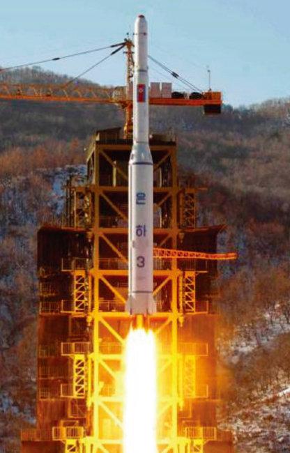 북한이 2012년 12월 12일 인공위성용 은하 3호 로켓을 발사하는 모습. [노동신문]