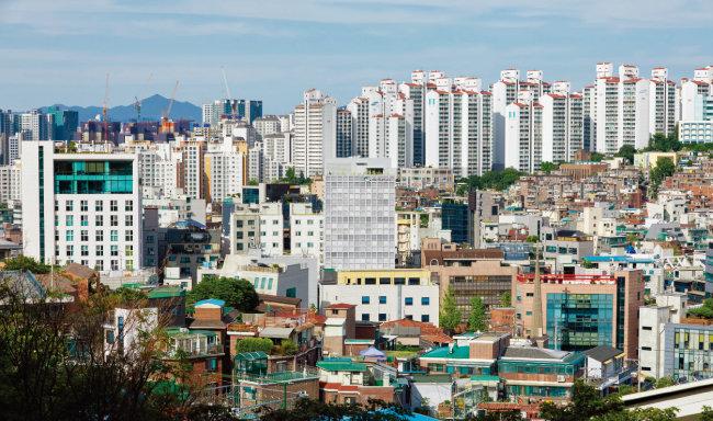 서울 중구 동호로 주택가에 둘러싸인 서향의 사무빌딩 아산나눔재단 사옥. [사진 제공 · 노경]