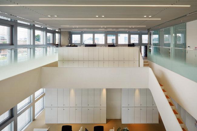 재단 사무공간으로 쓰이는 6~7층. 가운데 공간을 뚫고 계단과 중간층을 설치한 라이브러리 구성으로 시각적 공간감을 확장하면서 추가 공간까지 만들어냈다. [사진 제공 · 노경]