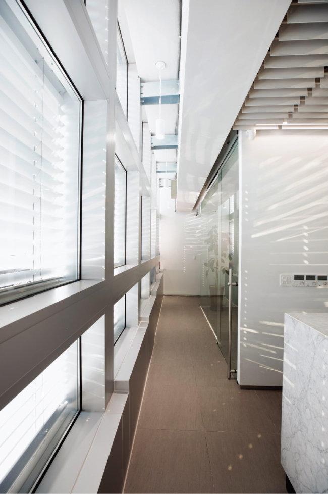28개 알루미늄 금형을 조립해 EVB와 외벽, 창과 창호를 일체화해 두께를 30cm가량 줄인 '펑션 원'(왼쪽)이 결합된 구조. 지하 1층 로비에서 서쪽 창호를 바라보면 이를 확인할 수 있다. [지호영 기자]