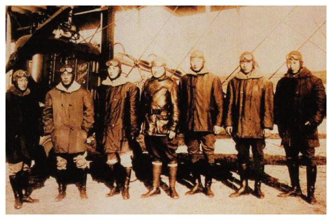 레드우드 비행학교 한인 학생들이 노백린 장군과 함께 1920년 2월 5일 비행기 앞에서 사진을 찍었다. 왼쪽부터 장병훈, 오임하, 이용선, 노백린, 이초, 이용근, 한장호. [대한인국민회기념재단 홈페이지]