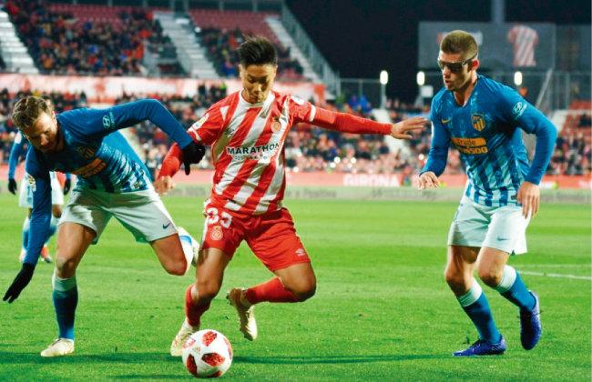 지로나 FC 1군 무대에 데뷔한 백승호가 아틀레코 마드리드와 스페인 국왕컵 16강전에 선발 출전해 볼 경합을 벌이고 있다. [뉴시스]