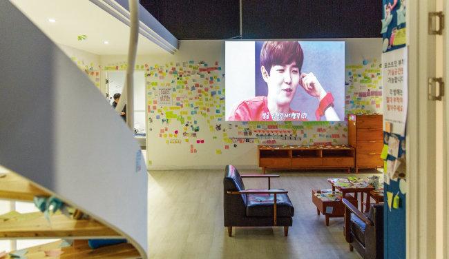 워너원의 숙소를 재현한 공간은 전시장에서 가장 인기가 많은 곳이다. 벽에는 팬들이 써 붙인 포스트잇이 가득하다.