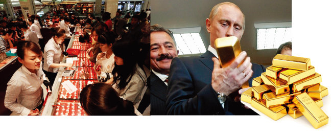 중국 여성들이 새해를 맞아 귀금속상에서 금 장신구를 사고 있다. (왼쪽) 블라디미르 푸틴 러시아 대통령이 중앙은행  금 보관소에서 금괴를 들어 보이고 있다. [차이나 데일리, Komersant]
