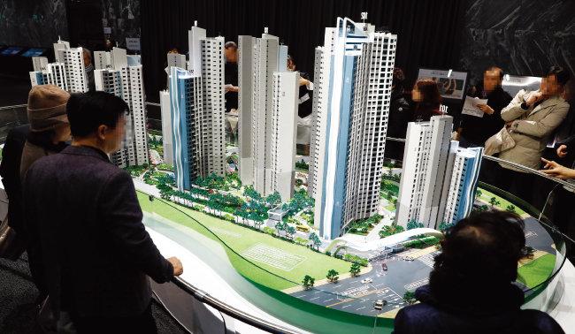 지난해 11월 서울 강남구 현대힐스테이트갤러리에 오픈한 반포 디에이치 라클라스 본보기집을 찾은 시민들이 견본주택 모형을 살펴보고 있다. [뉴시스]