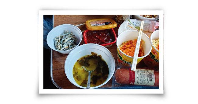 시베리아횡단열차 안에서는 즉석밥과 즉석국, 라면, 고추장으로 훌륭한 한 끼 식사를 해결할 수 있다.