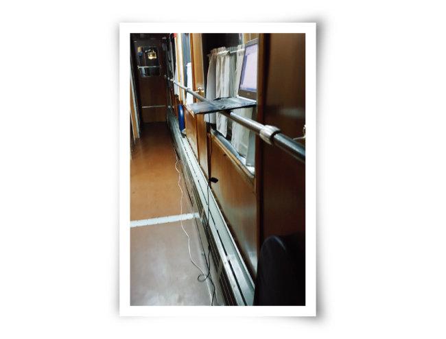 오래된 2등칸에는 객실에 콘센트가 설치돼 있지 않고 복도에 드문드문 있다. 이 때문에 긴 멀티탭이 있어야 객실에서 전자기기를 사용할 수 있다.