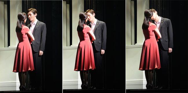 2월 26일 뮤지컬 '그날들'의 프레스콜에서 윤지성(무영 역)과 제이민('그녀' 역)이 무대에서 키스신을 보여주고 있다.