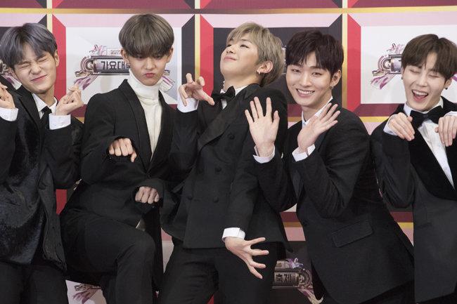 윤지성(왼쪽 4번째)이 2017년 12월 19일 '2017 KBS 가요대축제' 레드카펫에 참석해 포토타임을 갖고 있다.