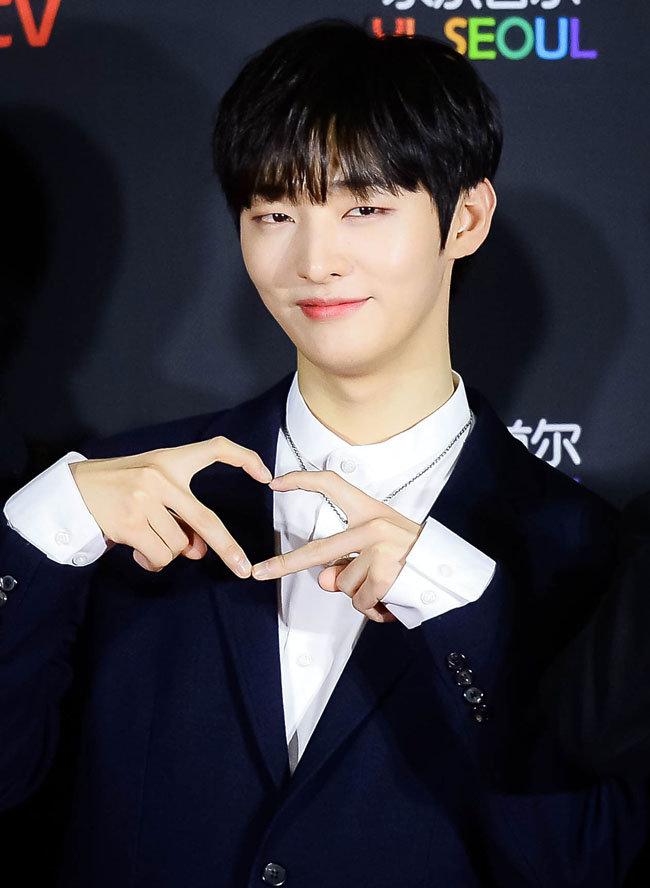 윤지성이 '2018 대한민국대중음악시상식' 레드카펫에 참석해 포토타임을 갖고 있다.
