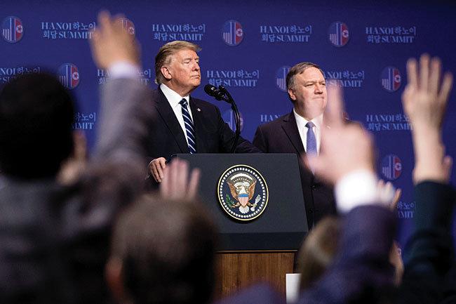 도널드 트럼프 미국 대통령(왼쪽)과 마이크 폼페이오 국무장관이 2월 28일 북·미 정상회담에서 합의 도출에 실패한 뒤 기자회견을 하고 있다. [뉴시스]
