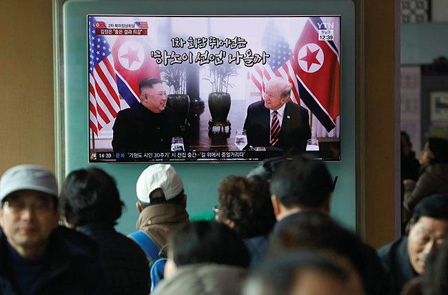 2월 28일 서울역에서 TV로 북·미 정상회담을 시청하는 시민들. [뉴시스]