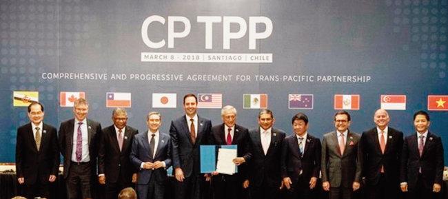포괄적·점진적 환태평양경제동반자협정(CPTPP)에 참여한 11개국 장관들이 협정안을 들고 포즈를 취하고 있다. [VNA]