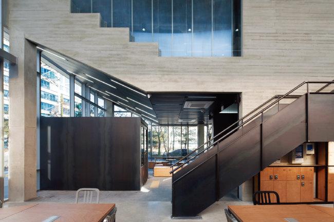 카우앤독의 1층 정문과 2층으로 올라가는 계단을 카페 쪽에서  바라본 모습. [사진 제공 · 진효숙]