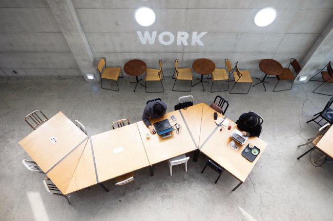 카우앤독 카페만의 독특한 테이블. 여러 명이 나눠 앉아도 서로 어색하지 않도록 시선이 엇갈리게 설계됐다. 카우앤독에 있는 테이블의 상당수는 공일스튜디오에서 직접 디자인했다. [지호영 기자]